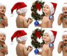 Les enfants avec des chapeaux du Père Noël et de jouer avec les décorations de Noël