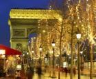 Les Champs-Élysées décorées pour Noël avec l'Arc de Triomphe en arrière-plan. Paris, France