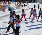 Scène typique d'hiver avec des enfants faint du ski à la montagne