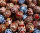 Pile d'oeufs de Pâques décorés aux motifs géométriques