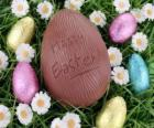 œuf de Pâques sur l'herbe