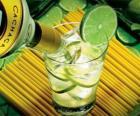 La caipirinha est un cocktail composé de rhum brésilien, citron vert, sucre et la glace.
