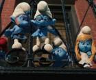 Les Schtroumpfs prêt à sauter du balcon
