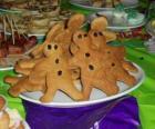 Assiette plein de biscuits au gingembre en forme de poupée