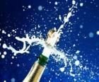 Débouche une bouteille de champagne pour célébrer la nouvelle année