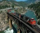 Train de marchandises passant sur un pont