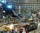 Plusieurs Transformers se battre dans la ville