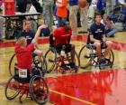 joueur de basketball en fauteuil roulant de lancer la balle au panier