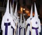 Nazaréens ou de pénitents pendant une procession de la Semaine Sainte avec cagoule ou d'un cône, robe et cape