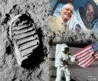 Neil Armstrong (1930-2012) est un astronaute de la NASA et le premier homme à poser le pied sur la Lune le 21 juillet 1969, à la mission Apollo 11