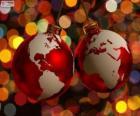 Boules de Noël décoré avec la carte du monde