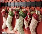 Bas accrochés avec des cadeaux de Noël