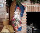 Bas de Noël est en attente de la cheminée