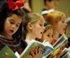 Groupe d'enfants chanteant des chants de Noël
