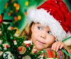 Fille prépare les fêtes de Noël