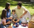 Famille ayant un pique-nique dans le parc