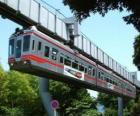 Monorail suspendu. Passagers du monorail profitant de la vue sur le champ de foire