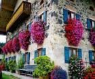 Maison au printemps avec des fleurs aux fenêtres