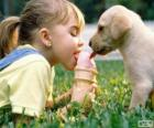 Fille et chien partage une crème glacée