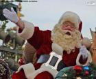 Père Noël avec un sourire accueille les enfants