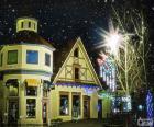 Rue avec des lumières de Noël