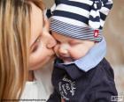 Mère embrasser son bébé