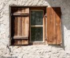 Fenêtre avec des volets en bois