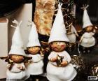 Groupe des petits anges de Noël, habillé en blanc et avec plusieurs objets dans vos mains