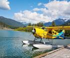 Hydravion biplan jaune