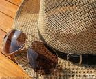 Lunettes de soleil et chapeau