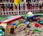 Enfant dans le bac à sable