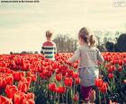 Filles entre tulipes