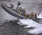 Un canot pneumatique semi-rigide militaire à pleine vitesse