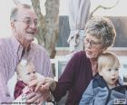 Grands-parents avec leurs petits-enfants