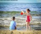Enfants de profiter de la plage
