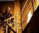 Pompier sur une échelle brûlante