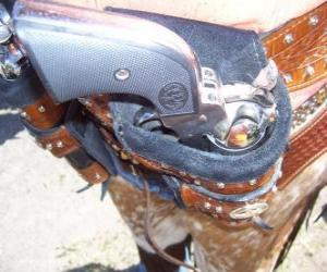 Puzzle Revolver, enveloppé dans son étui