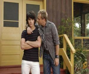 Puzzle Shane (Joe Jonas) avec son oncle Brown Cessario (Daniel Fathers) propriétaire de camp Rock