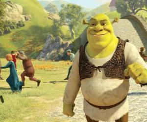 Puzzle Shrek se promenant dans la ville et les gens s'exécute