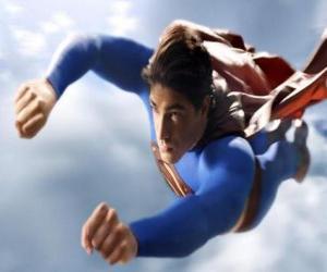 Puzzle Superman a volé dans le ciel, avec les poings fermés et avec son costume manteau