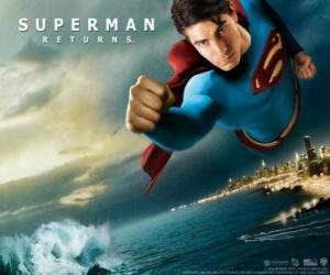 Puzzle Superman volant dans le ciel, les poings serrés et sa combinaison avec la cape