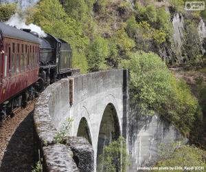 Puzzle Train passant par un viaduc