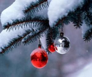 Puzzle Trois boules de Noël suspendu à l'arbre