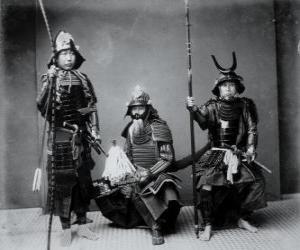 Puzzle Trois guerriers samouraïs authentiques, avec l'armure, le casque Kabuto et armé