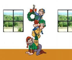 Puzzle Trois lutins du Père Noël accrocher une couronne de Noël