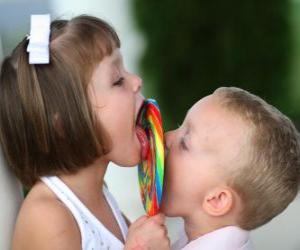 Puzzle Une fille et un garçon qui suce une grosse sucette