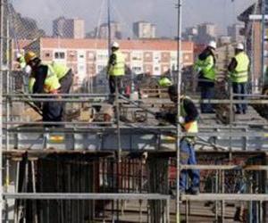 Puzzle Vue générale d'une maison en construction, avec différents opérateurs travailant